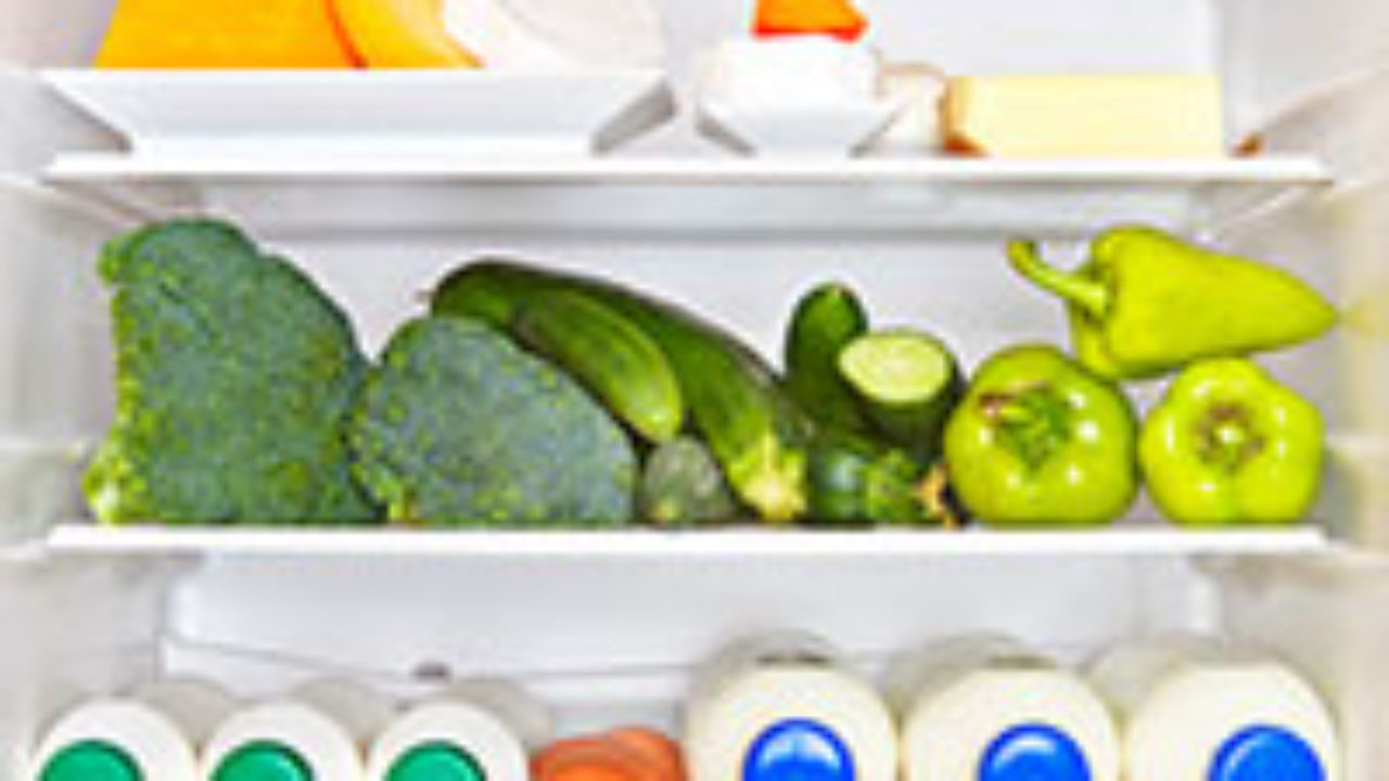 Что нужно делать чтобы еда в холодильнике хранилась дольше, и как в этом отношении может помочь лук?
